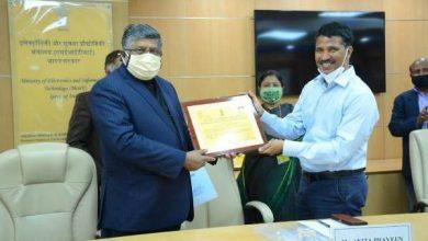 Photo of Ravi Shankar Prasad and MOS for Communications Shri Sanjay Dhotre presents Pandit Deendayal Upadhyay Telecom Skill Excellence Awards