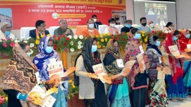 Photo of सीएम ने गोरखपुर की 10 लाभार्थियों को आवास की प्रतीकात्मक चाभी प्रदान की