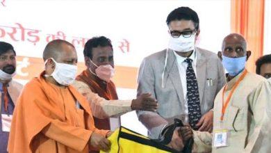 Photo of मुख्यमंत्री ने विभिन्न योजनाओं के तहत लाभार्थियों को डेमो चेक, टूल किट इत्यादि वितरित किए
