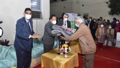 Photo of डॉ. हर्षवर्धन ने विश्राम सदन, एम्स, नई दिल्ली में रह रहे निराश्रित लोगों में कंबल, मास्क और साबुन वितरित किए