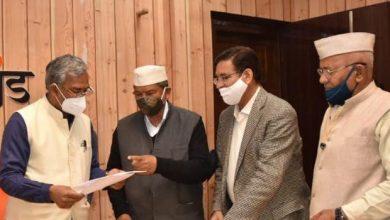 Photo of पूर्व मुख्यमंत्री श्री हरीश रावत एवं प्रदेश कांग्रेस कमेटी के अध्यक्ष श्री प्रीतम सिंह ने सीएम से भेंट की