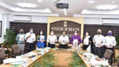 """Photo of डॉ. हर्षवर्धन ने """"वायरस का पीछा करते हुए: कोविड-19 महामारी के लिए एक सार्वजनिक स्वास्थ्य प्रतिक्रिया"""" शीर्षक से दस्तावेज़ जारी किया"""