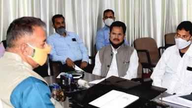 Photo of लोक निर्माण विभाग तथा राष्ट्रीय राजमार्ग प्राधिकरण के अधिकारियों के साथ समीक्षा करते हुएः मंत्री गणेश जोशी