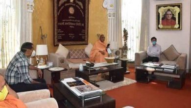 Photo of आचार्य महामण्डलेश्वर स्वामी अवधेशानन्द गिरिजी महाराज से शिष्टाचार भेंट करते हुएः जन्मेजय खण्डूरी
