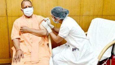 Photo of CM Yogi Adityanath ने सिविल अस्पताल में वैक्सीन की पहली डोज लगवायी