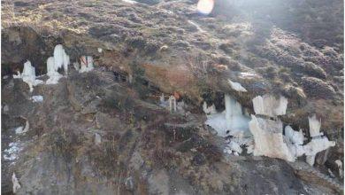 Photo of बर्फबारी के बीच स्थानीय लोगों ने किए टिम्मरसैंण महादेव के दर्शन