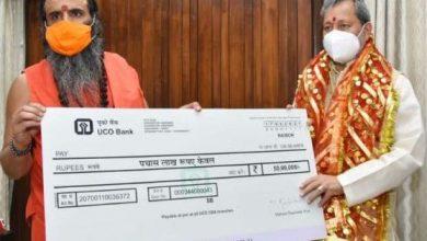 Photo of कोविड से लङाई में संत समाज भी आगे आया, 50 लाख का चैक मुख्यमंत्री को सौंपा