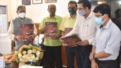 Photo of मुख्यमंत्री ने किया ''कुम्भः आस्था विरासत और विज्ञान'' काफी टेबलबुक का विमोचन