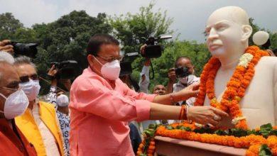 Photo of डॉ. श्यामाप्रसाद मुखर्जी की जयंती के अवसर पर माल्यार्पण कर श्रद्धांजलि देते हुएः सीएम