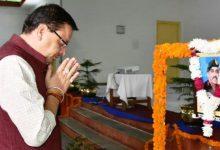 Photo of अपर महानिदेशक रहे मेजर जनरल स्वर्गीय श्री केजे बाबू के चित्र पर पुष्प अर्पित कर श्रद्धांजलि देते हुएः सीएम