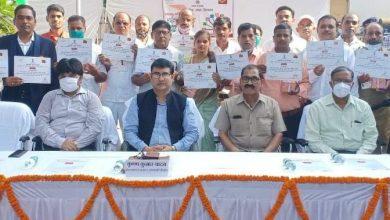 Photo of Postmaster General KK Yadav honoured 27 postal employees in Varanasi for their excellent work