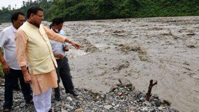 Photo of भारी बारिश के कारण नदी में अधिक पानी आ जाने से क्षतिग्रस्त मार्ग का स्थलीय निरीक्षण करते हुएः सीएम