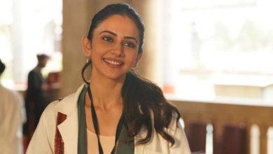 Photo of रकुल प्रीत सिंह ने 'डॉक्टर जी' के लिए मेडिकल क्लास में लिया था एडमिशन; पहला लुक हुआ रिलीज़!