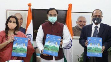 Photo of माननीय शिक्षा मंत्री डॉ निशंक ने किया 'भारत की नई शिक्षा नीति नवयुग का अभिनंदन' नाम की पुस्तक का विमोचन