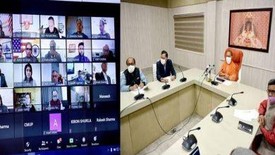 Photo of उद्यमी श्री राकेश अग्रवाल, श्री आकाश अग्रवाल, श्री राजेश श्रोत्रिय, डाॅ0 देवेन्द्र शुक्ला, डाॅ0 अनिल चोपड़ा तथा श्री राजीव अग्रवाल ने सीएम से अपने विचार व्यक्त किए