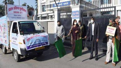 Photo of जनसामान्य के मध्य व्यापक प्रचार प्रसार हेतु जागरूकता वाहनों का फ्लैग ऑफ़ करते हुएः मुख्य निर्वाचन अधिकारी