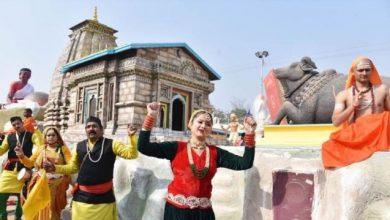 Photo of नई दिल्ली स्थित राष्ट्रीय रंगशाला शिविर में प्रेस प्रिव्यू में उत्तराखण्ड की झांकी केदारनाथ प्रदर्शित करते हुए कलाकर