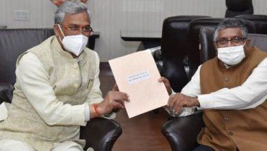 Photo of केंद्रीय सूचना प्रौद्योगिकी मंत्री श्री रविशंकर प्रसाद से भेंट करते हुएः सीएम