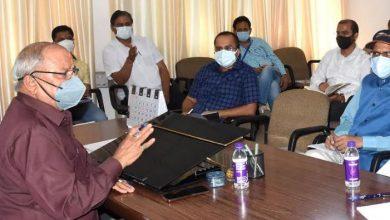 Photo of शहरी विकास एवं आवास विभाग की समीक्षा बैठक करते हुएः मंत्री बंशीधर भगत