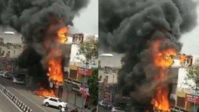 Photo of लाजपत नगर में कपड़े के शोरूम में लगी भीषण आग, दमकल की 16 गाड़ियां मौके पर