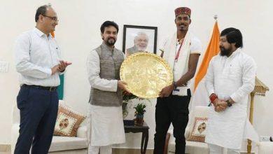Photo of खेल मंत्री अनुराग ठाकुर ने टोक्यो पैरालंपिक में रजत पदक विजेता निषाद कुमार को सम्मानित किया