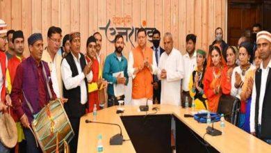 Photo of सीएम पुष्कर सिंह धामी से उत्तराखंड के कलाकारों के दल ने भेंट की
