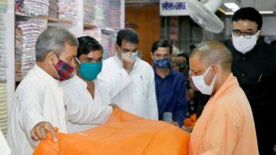 Photo of मुख्यमंत्री ने गांधी आश्रम में खादी के वस्त्र खरीदे तथा उसका भुगतान किया